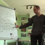 Prowadzący zajęcia Ryś Kulik omawia cały wachlarz trudnych sytuacji, z którymi zmierzą się trenerzy.