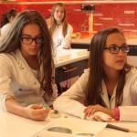 Uczennice Gimnazjum nr 4 w Pszczynie poznają tajemnice kryształów.