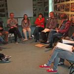 Prowadzący szkolenie witają się z uczestnikami i uczestniczkami.