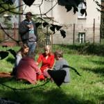 Chwila przerwy między zajęciami. Słońce, łąka kwietna przed Stacją Edukacji Ekologicznej w Bystrej.