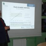Prof. Andrzej Kassenberg przybliża uczestnikom zajęć ideę niskowęglowej gospodarki i zielonego wzrostu.