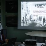 """Anna Dworakowska prowadzi zajęcia """"Powietrze i klimat – dwie strony tego samego medalu""""."""