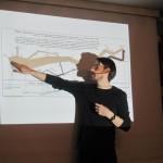"""Warsztat """"Infografika – dobre historie i strategie ich opowiadania"""" - Krzysztof Trzewiczek prezentuje infografikę, która wyznaczyła standardy w swojej dziedzinie."""